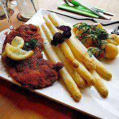 Ein #Leckeres #schnitzel mit #spargel im #Platzhirsch in Bad #kissingen. #asparagus #yammy #foodlove #meal #yammy #foodporn #foodgasmde #blogger #espárragos #leckeressen #lecker #meat #dish #dinner #essen #essensliebhaber # #