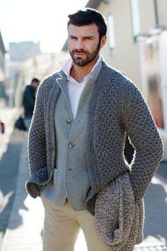 Basics. Khaki, gray, white. Note: inner to outer, lightest to darkest. Result: frames the face.