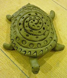 Textured Turtles. Cute way to practice coil technique! Free lesson plan. | Teaching art #ceramics