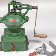 Kaffeemühle Hersteller: PeDe Dienes, grün lackiertes Eisengehäuse, Kurbelmechanismus, großer Auf — Varia