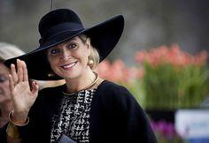 La reina con un impactante sombrero en un look blanco y negro.