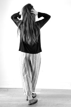blouse manches longues en jersey noir - VDJ, pantalon en rayures grises - VDJ