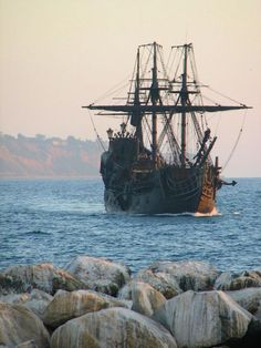 wish i could go to the beach and still see pirate ships. my life would be complete!!
