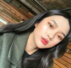 Korean Makeup Tips, Korean Makeup Tutorials, Asian Makeup, How To Apply Lipstick, Applying Lipstick, Beauty Makeup, Hair Makeup, Korean Make Up, Makeup Eyeshadow