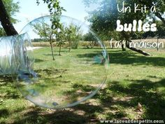 Un kit à bulles de savon géantes fait maison. 5 minute pour réaliser ce kit à bulles entièrement fait maison : recette et tuto dans l'article. http://www.lacourdespetits.com/kit-bulles-de-savon-geantes-fait-maison/ #bubble #bullesdesavon #DIY