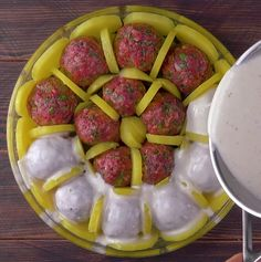 Place the potatoes and the meatballs in this mold - now look at the sauce being poured together Fish And Meat, Easy Peasy, Pesto, Sausage, Food And Drink, Lunch, Beef, Snacks, Baking