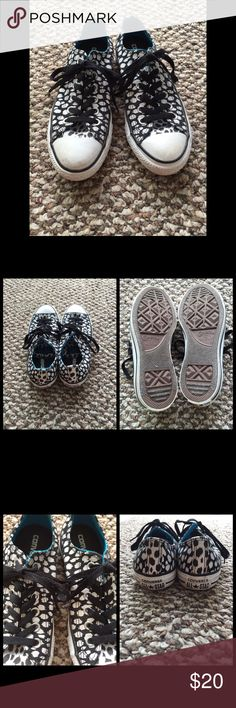 Black & White Converse In beautiful condition! Please note- this is a size 7 but Converse sizes tend to run a little big. 😊 Converse Shoes Sneakers