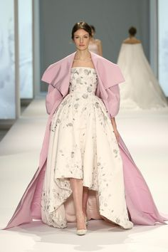 A model walks the runway at the Ralph & Russo Spring Summer 2015 fashion show during Paris Haute Couture Fashion Week on January 2015 in Paris, France. Style Haute Couture, Couture 2015, Couture Looks, Spring Couture, Couture Week, Ralph & Russo, Look Fashion, Fashion Show, Fashion Week 2015