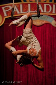 Single knee hang on trapeze Aerial Acrobatics, Aerial Dance, Aerial Hoop, Aerial Arts, Aerial Silks, Aerial Gymnastics, Rhythmic Gymnastics, Pole Dance, Aerial Costume
