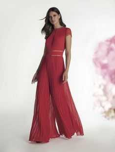 Jumpsuit with pleated trousers and central opening All Fashion, Fashion Wear, Fashion Outfits, Womens Fashion, One Shoulder Jumpsuit, Fabulous Dresses, Girl Humor, Evening Dresses, Trousers