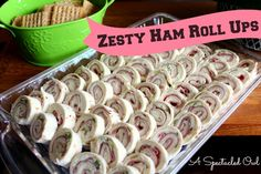 Zesty Ham Roll Ups. Two 8 oz Packages of Cream Cheese, Softened 3 Green Onions, Chopped 22 thin slices of your favorite deli ham 1 Ranch Envelope Packet 11 – 8 inch Flour Tortillas Finger Food Appetizers, Appetizers For Party, Appetizer Recipes, Appetizer Dishes, Snack Recipes, Ham Roll Ups, Roll Ups Tortilla, Ham Pinwheels, Party Food Easy Cheap