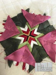 잣씨베개 / 잣물림베개 '잣씨'라고 불리는 이 작은 삼각형 장식은 베개모 장식에 많이 사용했구요,보자기의...