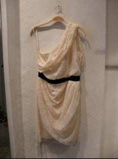 One shoulder kjole fra Malene Birger, som er perfekt til konfirmation eller en anden festlig lejlighed  40 kr. om dagen  #OneShoulder #MaleneBirger #ByMaleneBirger #secondhand #dress