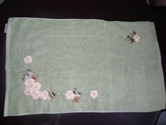 LOY HANDCRAFTS, TOWELS EMBROYDERED WITH SATIN RIBBON ROSES: Tapete para banheiro