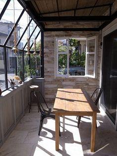 今回は、今から12年前に建てられたネイチャーデコールの家の内覧会です。 何十年経っても、普遍的なデザイン。 家の経年変化を味わいとして楽しみ、愛着を持って手を加えていくような 家との関わり方を私たちは提唱してきました。 まさに、そんなお手本となる豊かな暮らしぶりをこの機会にぜひご体験下さい。 12年目にして、この秋、念願のガーデンとサンルームが軽井沢の ガーデン&ファニチャーズの手によって完成しました。 この季節、とても気持ちの良いサンルームもお楽しみに!