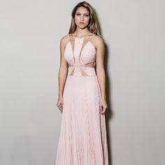 Vestido de festa longo godê. Ideal para madrinhas, formandas e debutantes.
