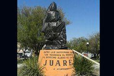 Tapan la estatua verde de Benito Juárez