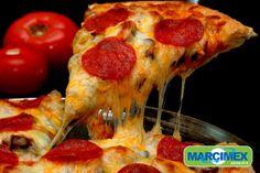 Un pedazo de pizza nada mejor que compartir entre amigos y familia.