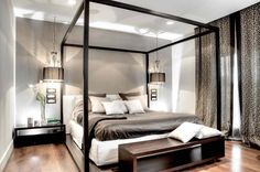 La chambre principale de la résidence contemporaine avec un beau lit à baldaquin