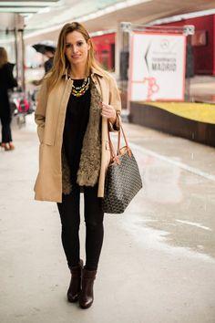 Todas las imágenes de street style en Mercedes Benz Fashion Week Madrid: Andrea Pascual con abrigo de Sandro