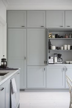 Most popular grey kitchen diner shaker style Ideas Shaker Style Kitchens, Grey Kitchens, Cool Kitchens, Grey Shaker Kitchen, Shaker Style Cabinets, White Cabinets, Rustic Kitchen, New Kitchen, Kitchen Decor
