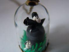 """Sautoir """"Maman louve et son mouton"""" pendentif cloche en verre avec chaine de 80 cm (Chaque article est unique)"""