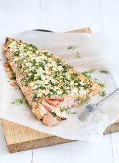 Met dit recept voor een hele zalm met kruidenkorst wil ik jullie laten zien hoe easy het is om vis te bereiden. Want vis is niet alleen heel gezond en licht, het is vooral ook heel snel klaar. Neem nou deze zalm uit de oven. Binnen 20 minuten staat hij op tafel. En er kunnen minstens vier personen v