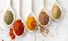 Especiarias que tem de ter na cozinha. As especiarias são capazes de transformar um prato de qualquer parte do mundo num verdadeiro festim. Além disso, as ervas aromáticas, ajudam a reduzir o uso do sal.