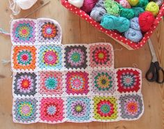 Fresh colored granny blanket by Haken en Meer based on the Wise Craft pattern with 2 additional rows. Tutorial here blairpeter.typepa...
