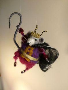 Die berühmte Figur aus der Weihnachtsgeschichte von Hoffmann Der Nussknacker ist allen bekannt. Ich liebe diese Geschichte und Tschaikowskys berühmten Ballett Der Nussknacker.  Ich habe bereits in meiner Sammlung den Nussknacker und der Mäusekönig ist eine weitere berühmte Charakter dieses schöne Weihnachtsgeschichte. Er ist eine böse und heimtückisch und in der Hand hält seinen magischen Schweif, der alles zerstört.  Die Höhe beträgt etwa 5(14 cm).
