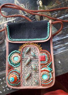 Wat doe je met een saai tasje.......die pimp je natuurlijk mooi op met bead embroidery. Ik vind het mooi geworden.