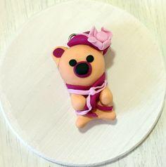Figurine Fimo - Pendentif ourson Pêche fait main - polymère - ours - bijou enfant - idée cadeau - chapeau fuchsia - fleur rose - echarpe de la boutique cadeaumagique sur Etsy