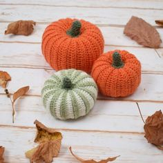 Autumn invites you to stay cozy at home, so why not crochet your own decorative pumpkins? Crochet Baby Poncho, Crochet Fall, Knit Or Crochet, Crochet Crafts, Crochet Hooks, Crochet Projects, Crochet Pumpkin Pattern, Crochet Applique Patterns Free, Halloween Crochet Patterns