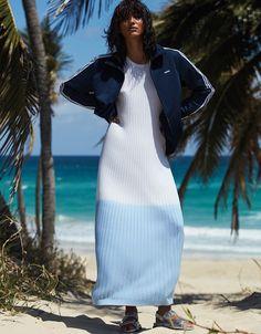 Photographié par Alvaro Beamud Cortes, Cora Emmanuel porte la mode de plage pour l'éditorial