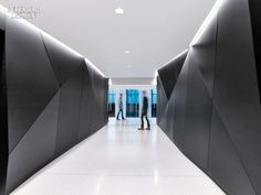 Composes a Perfect Harmony at Sony's US Headquarters Office. Walls of blackened steel define an elevator lobby. Corporate Interior Design, Showroom Interior Design, Lobby Interior, Corporate Interiors, Interior Design Magazine, Interior Walls, Office Interiors, Design Offices, Modern Offices