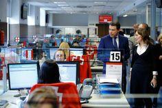 El presidente de la Comunidad de Madrid visita el centro de emergencias de Cruz Roja