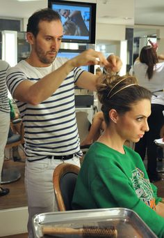Inspire-se! O coque com volume ganha alternativa com adereço de cabelo. A tiara dourada, tipo princesinha, deixa o look delicado e o efeito messy dá modern