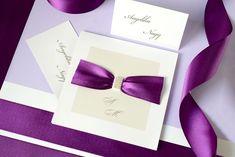 Tudtátok, hogy a lila lett a 2018-as év színe? 💜 Ha erre az évre tervezitek az esküvőtöket és gondolkodtok a lila szín árnyalatainak használatában, akkor figyelmetekbe ajánljuk a fehér gyöngyházfényű papírból készült meghívónkat, melyet lila szatén szalaggal díszítettünk. 😊  #eskuvo #eskuvoimeghivok