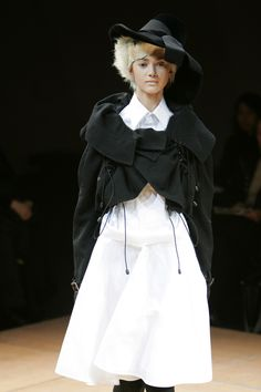 Junya Watanabe at Paris Fashion Week Fall 2005 Quirky Fashion, Dope Fashion, Runway Fashion, High Fashion, Paris Fashion, All Black Dresses, Junya Watanabe, Costume, Comme Des Garcons