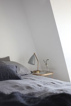 weiß und grau plus ein Schuss gold Simple and Elegant Styling by Susanna Vento - NordicDesign Home Bedroom, Bedroom Decor, Bedrooms, Home Interior Design, Interior And Exterior, Modern Lamp Shades, Minimal Living, Bedside Table Lamps, Mid Century Modern Design