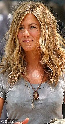 champagne blonde hair It might once have been called dirty blonde, or sunkissed brunette, but now that it's being showcased by the likes of Gisele Bundchen and Jennifer Aniston, i Jennifer Aniston Style, Jennifer Aniston Pictures, Jeniffer Aniston, Blonde Wavy Hair, Blonde Brunette, Low Maintenance Hair, Going Blonde, Blonde Highlights, Blonde Color