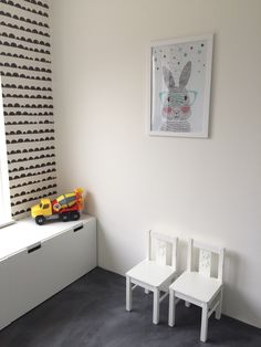 Kinderkamer speelkamer speelruimte mr rabbit poster speelgoedkist vloer is woonbeton behang is fermliving half moon black