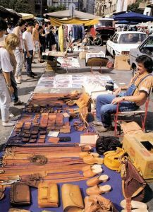 I love flea markets (mercati delle pulci in Italian) with their uselful and useless trinkets and adorable atmosphere. London has Portobello Road, Rome has Porta Portese, and Milan has Fiera di Sinigaglia that has been an inseparable part of Milanese Saturday mornings for more than a hundred years.