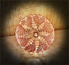 Brug for hjælp? Få svar på de mest stillede spørgsmål her. Materialer: Mål: 8/4 bomuld i ønsket farve Hæklenål 2,5 eller 3,0 Trælim Rund ballon Plastikbøtte Lyskæde Ca. 15 cm i diameter Forkortelse…