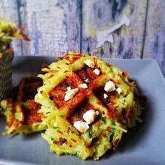 Je vous présente aujourd'hui une recette que j'aime faire, des gaufres salés ! C'est la pleine saison des courgettes alors profitons - en ... Les gaufres sont géniales - dégustez-les avec une belle salade pour un plateau-télé gourmand, à l'apéro entre amis ... Et surtout pour faire manger des légumes dans la joie et la bonne humeur !  • 200 g de courgette   • 400 g de pommes de terre  • 1 œuf • 3 cuillères à soupe de farine Baked Potato, Veggies, Potatoes, Baking, Ethnic Recipes, Zucchini, Apples, Savory Waffles, Nice Salad