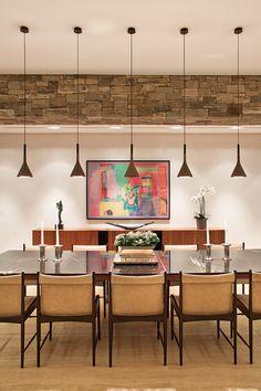 Para esta residência com paredes revestidas com pedras naturais, o Studio Denise…