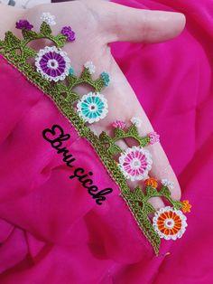 Çeyizlik Tığ Oya Örnekleri - Acemi Gelin Zig Zag Crochet, Needlework, Coin Purse, Projects To Try, Embroidery, Flowers, Cute Crochet, Crochet Baby Dresses, Breien