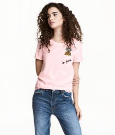 Light pink/pineapple. Short-sleeved top in soft cotton jersey with a chest pocket and embroidered appliqués at front.