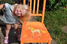 Děti milují barvy a příběhy. Vyjděte jim vstříc a namalujte jim na míru kus nábytku, který bude jen jejich. Stačí postarší židlička z půdy či bazaru. Nebo vyberte ten nejjednodušší kousek z neošetřeného dřeva, jaké nabízí třeba IKEA. Originálně vyvedený solitér dítě stoprocentně zaujme víc než neosobní plastové křesílko.