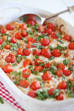 Cheesy Caprese Chicken & Quinoa Casserole Eat Yourself Skinny - Quinoa rezept Dinner Casserole Recipes, Healthy Casserole Recipes, Chicken Casserole, Dinner Recipes, Healthy Recipes, Dinner Ideas, Healthy Meals, Tasty Meals, Cauliflower Casserole